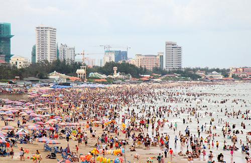 Có khoảng 22 trẻ bị lạc cha mẹ khi tắm biển Vũng Tàu, 7 người lọt vào ao xoáy được cứu sống. Ảnh: Nguyễn Khoa.