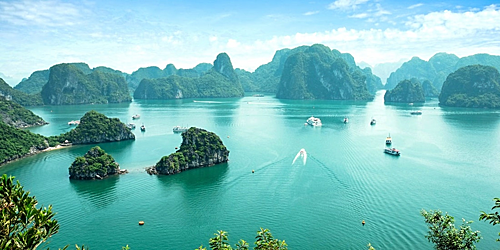Theo CNN, Vịnh Hạ Long là điểm du lịch đẹp nhất tại Việt Nam, đồng thời là một trong những điểm tham quan tự nhiên nổi tiếng của Đông Nam Á. Ảnh: Worldnomads.