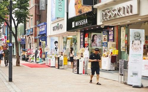 Chợ Myeongdong là nơi tập trung những thương hiệu mỹ phẩm nổi tiếng. Ảnh: Camille Tries to Blog