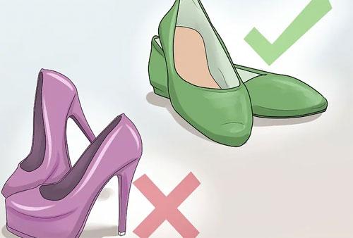 Mang giày phù hợp. Những đôi giày cao gót có thể khiến bạn trông sành điệu, xinh đẹp hơn trên chuyến bay. Tuy nhiên, trong trường hợp khẩn cấp, chúng sẽ khiến bạn dễ trượt ngã, di chuyển chậm. Khi việc thoát hiểm xảy ra, chỉ cần nhanh hơn người khác vài giây, có thể cơ hội sống sót của bạn sẽ cao hơn.