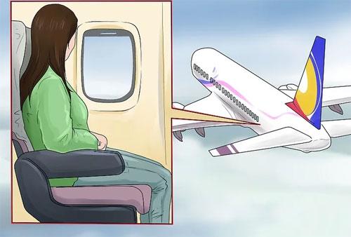 Dù chưa có số liệu rõ ràng, nhiều chuyên gia vẫn nghiêng về việc khuyên hành khách nên chọn vị trí ngồi cuối máy bay, vì tỷ lệ sống sót cao hơn so với những hành khách ngồi hàng đầu tiên, nếu gặp nạn. Chạy ra lối thoát hiểm nhanh cũng mang lại cho bạn cơ hội thoát chết cao. Do đó, việc ngồi gần lối thoát hiểm cũng là điều được nhiều chuyên gia khuyến cáo.