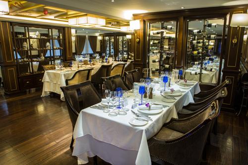 Đầu bếp đạt sao Michelin có thời gian dài là việc với các đầu bếp Việt trong hệ thốn du thuyền và nhà hàng thuộc Paradise Vietnam.