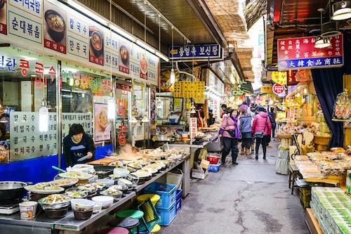 Du khách cũng có thể thưởng thức rất nhiều món ăn đường phố Hàn Quốc ở đường hẻm Mukja Golmok. Ảnh: Jetsetter.