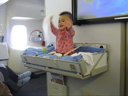Một số hãng hàng không, đặc biệt những hãng có máy bay to, thường lắp nôi trẻ em ở phần đầu khoang hành khách. Ảnh: Business Insider.