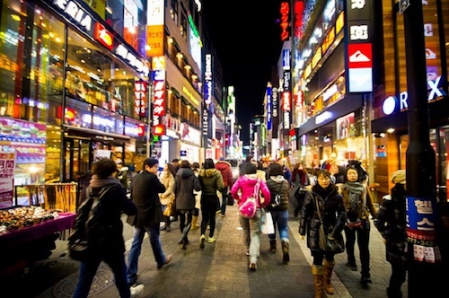 Chợ Myeongdong là khu mua sắm đông khách nhất Hàn Quốc. Ảnh: Korean Air.