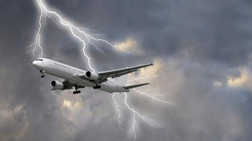 Điều sẽ xảy ra khi máy bay bị sét đánh trên không