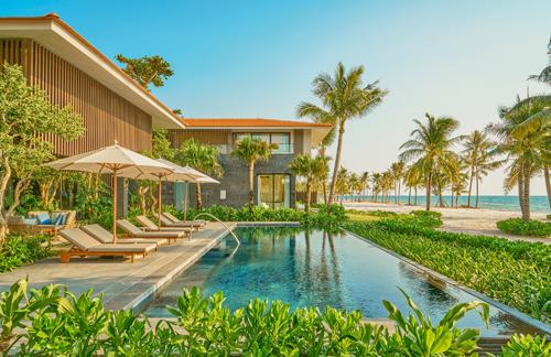 Nằm bên hồ sen vây quanh bởi vườn cây ngập nắng, tất cả các biệt thự hướng biển đều có hồ bơi riêng.