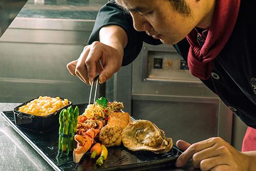 Khách có thể đến nhà hàng Oven Dor để dùng bữa trưa (720.000 đồng một suất) và bữa tối ( hơn 1,3 triệu đồng một suất).
