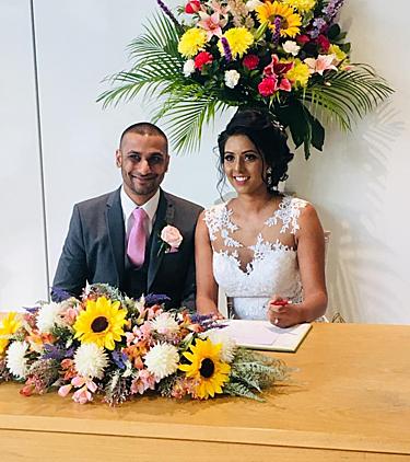 Hai vợ chồng kết hôn ở Brent, bắc London vào ngày 13/4. Ảnh: Sun.