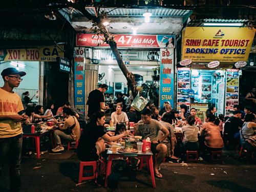 Những quán nướng vỉa hè luôn là địa chỉ yêu thích của thực khách Hà Nội khi trời mát mẻ. Ảnh:Almost Landing.