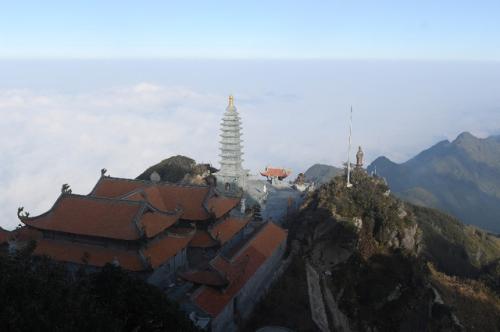 Đoàn đại biểu Vesak quốc tế làm lễ cầu an trên đỉnh Fansipan - ảnh 1