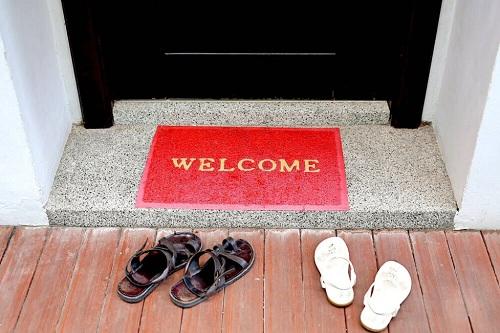 Giày, dép sẽ được xếp ngay ngắn trước khi bước vào nhà ở Malaysia. Ảnh: The Culture Trip.
