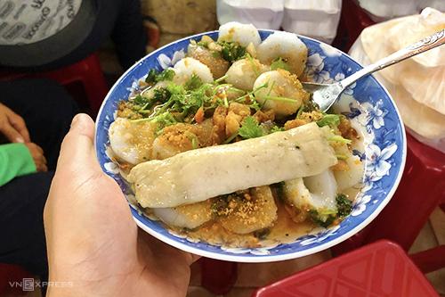 Quán bánh bèo hơn 20 năm đông khách ở chợ Bến Thành - ảnh 2