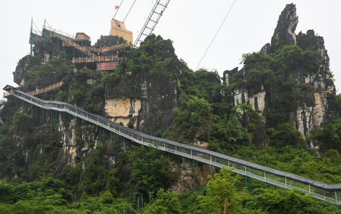Cầu kính dài nhất thế giới cho khách trượt thẳng xuống đất từ đỉnh núi