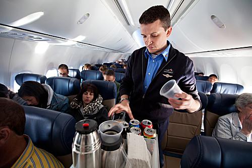 Các hành khách sốc trước cách hành xử của nữ tiếp viên trên nhưng bỏ qua. Ảnh minh họa: Departures.