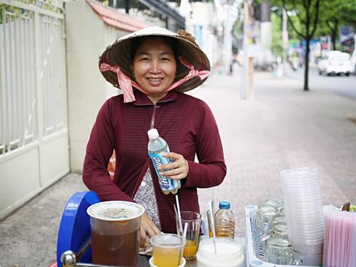 Một phụ nữ bán trà đá trên đường phố TP HCM. Ảnh:Keith Hancock.