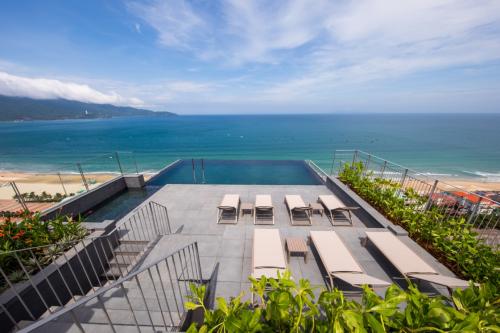 Bể bơi nhìn ra biển.