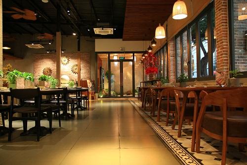 Không gian ấm cúng tại Zen. Nhà hàng cà phê và món chay Zen nằm tại 806 Âu Cơ, quận Tân Bình, TP HCM. Xem thêm thông tin tại Fanpage Zen Coffee & Vegetarian food hoặc gọi đến hotline 028.73003936.