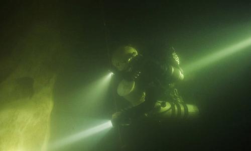 Mỗi thợ lặn phải đeo hai bình khí nén trên người khi luồn lách trong những đoạn hang hẹp và nhiều ngóc ngách. Ảnh: Oxalis.