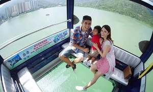 Cáp treo đáy kính khiến khách 'tim đập chân run' ở Hong Kong