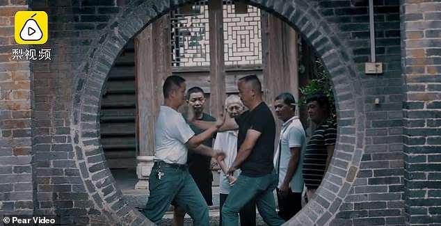 Người dânluyện tập kungfu mọi lúc, mọi nơi mỗi khi rảnh rỗi. Ảnh: Chụp màn hình video.