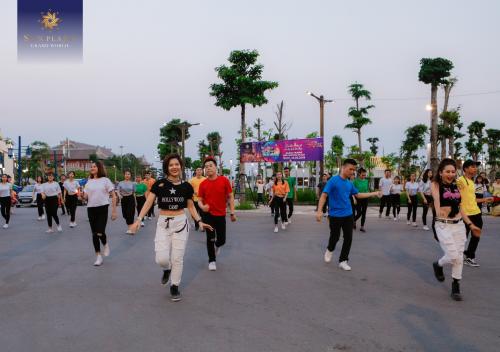 Quy tụ hơn 100 dancers trong các tiết mục nhảy flashmob quanh khu vực Sun World Halong Complex và Sun Plaza Grand World.