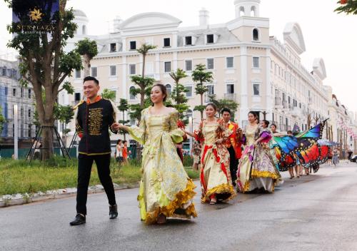 Sun Dance Festival khởi đầu bằng màn diễu hành của các nghệ sĩ dọc theo dãy phố Shophouse Europe thuộc quần thể Sun Plaza Grand World trên đường Hạ Long.