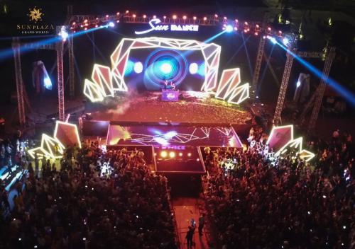 Sun Dance Festival là một trong các lễ hội thường niên do Sun Group tổ chức. Chuỗi sự kiện nhằm hỗ trợ chủ nhân và khách thuê các căn shophouse, boutique shophouse thuộc quần thể du lịch, giải trí, nghỉ dưỡng của Tập đoàn này tại Hạ Long thu hút thêm khách hàng cho hoạt động kinh doanh.