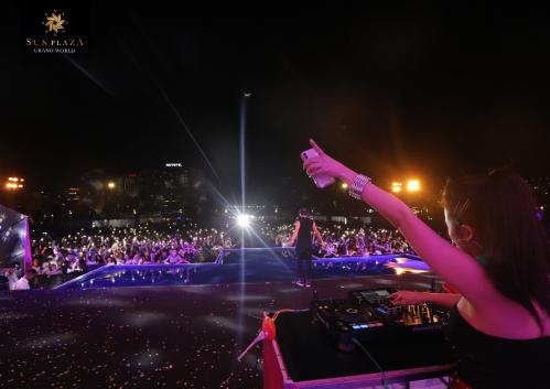 DJ Trang Moon đẩy sự phấn khích của hàng ngàn khán giả lên đỉnh điểm bằng những bản EDM