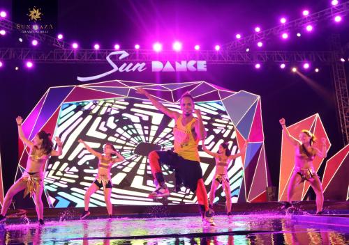 Sân khấu tiếp tục sôi động khi các đội nhảy tham gia Dance Cover Contest