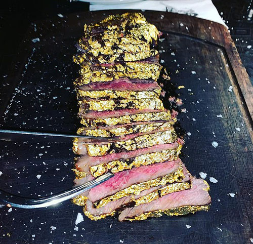 Mỗi miếng thịt phủ vàng có giá 340 USD. Ảnh: Wowrightmeow.