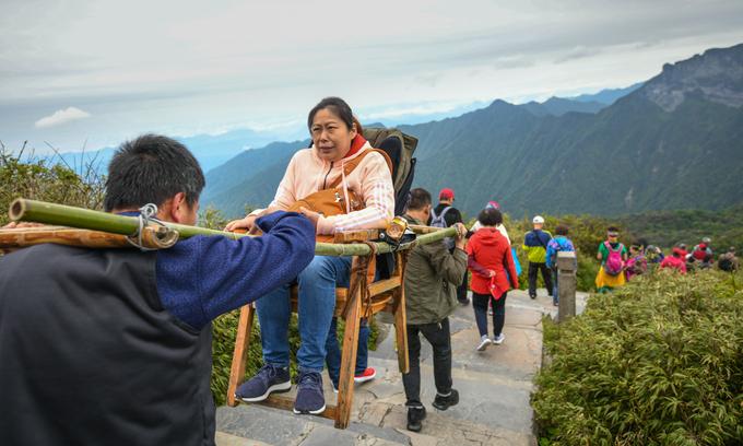 Khối đá thu hút hàng chục nghìn người tham quan mỗi ngày ở Trung Quốc