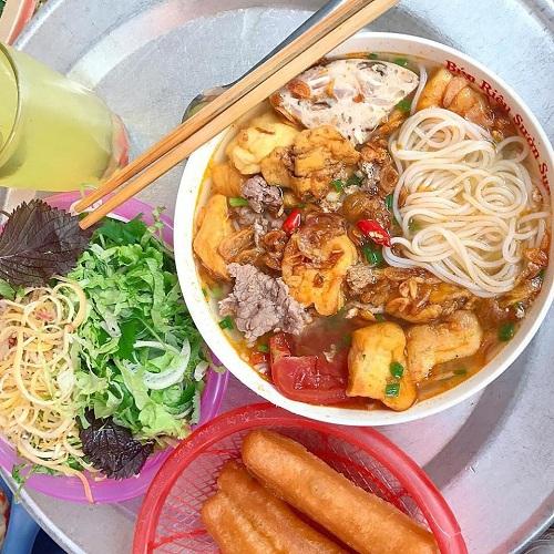 Bún riêu Trang đầy đặn với bún sợi, đậu rán, thịt và hành khô. Ảnh:Món ngon Hà Nội.
