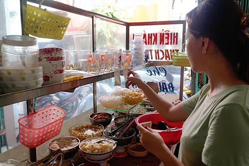 Quầy gọi món cũng là nơi nhân viên chuẩn bị món ăn được đặt ở ngay lối vào. Ảnh: Di Vỹ.