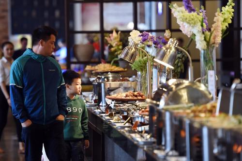 Với những du khách không muốn lang thang trên phố Sa Pa để tìm kiếm những phong vị ẩm thực Tây Bắc, thử ghé Nhà hàng Hải Cảng Fansipan. Cả một thế giới những món ngon Tây Bắc gọi mời, trên những quầy buffet nhiều màu sắc. Từ cơm lam chiên, tới xôi chiên, ngồng cải xào... tất tần tật những món ăn Tây Bắc dân dã được bày biện đẹp mắt, sạch sẽ, thu hút thực khách, với một mức giá chỉ 150.000 đồng/suất, còn được tặng kèm vé tàu hỏa leo núi Mường Hoa miễn phí.