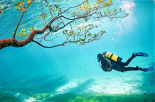 Hồ Xanh vào mùa hè. Ảnh: Itinari.