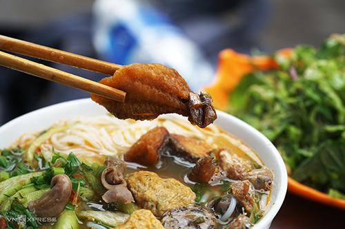 Giá một bát bún cá khoảng 30.000 - 50.000 đồng. Ảnh: Phong Vinh.