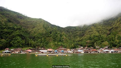 Làng Trunyan nằm bên bờ một hồ nước ngay dưới miệng một ngọn núi lửa còn hoạt động. Ảnh: Theodora Sutcliffe.