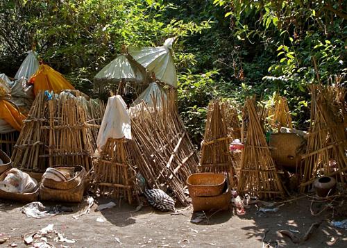 Phần lớn người theo đạo Hindu trên đảo Bali đều hỏa táng người quá cố, trong khi người làng Trunyan để xác chết tự phân hủy trong những lồng tre đặt ngoài trời. Nơi này nằm bên bờ một hồ nước trên miệng núi lửa Batur, cách ngôi làng một chuyến đi thuyền ngắn. Ảnh: Yusuf IJsseldijk/Creative Commons.