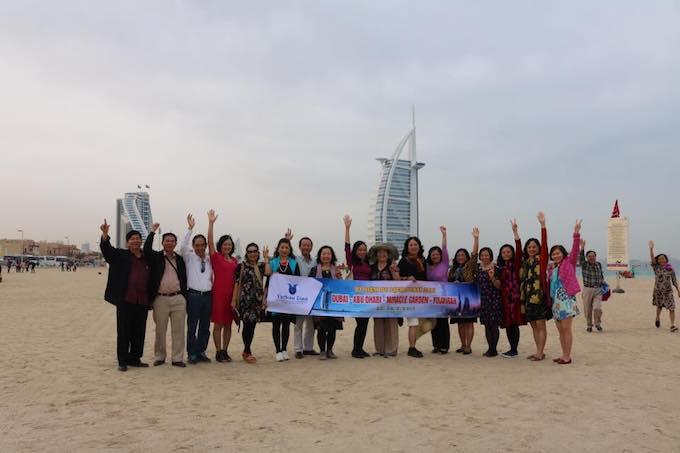 Du khách khám phá Dubai thông qua tour trọn gói của VietSense.