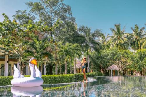 Hồ bơi rộng lớn và xanh mướt cho bạn thỏa sức đắm mình, thư giãn. du lịch phú quốc 4 sao với giá ưu đãi - 1163306617-w500-1689-1559460969 - Du lịch Phú Quốc 4 sao với giá ưu đãi