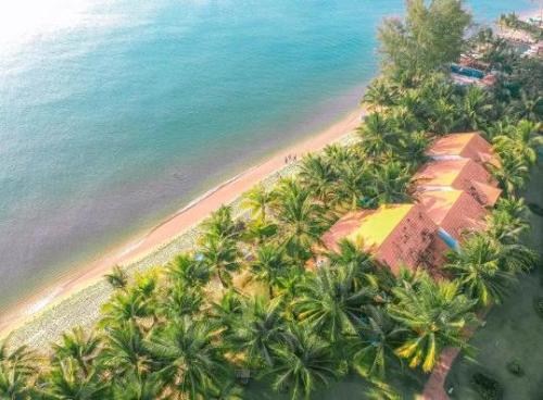 Nằm dọc Bãi Trường - một trong những bãi biển đẹp nhất của Phú Quốc, Famiana Resort sở hữu bờ biển xanh ngọc đặc trưng cùng dải cát dài trắng mịn. Đặc biệt, nơi đây còn gây ấn tượng nhờ cảnh hoàng hôn lãng mạn.