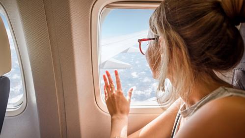 Tiếp viên chorằng nếu khách du lịch nhận ra bức tườngbên cửa sổ bẩn ra sao,họ sẽ không bao giờ dựa vào nó. Ảnh:Bustle.