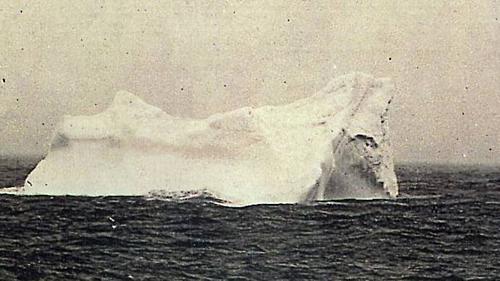 Tảng băng trôi mà tàu Titanic va chạm được suy đoán là ở độ cao từ 15 đến 30feet so với mặt nước. Toàn bộ tảng băng được cho là dài từ 60 đến 120 m. Ảnh: Stephan Rehorek.