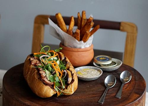 Anan Saigon Nhà hàng gầntrên đường Tôn Thất Đạm (Quận 1)khiến nhiều thực khách tò mò khi phục vụ bánh mì giá 100 USD (hơn 2,3 triệu đồng). Ổ bánh mì tiền triệu được làm giống bánh mì Hội An với nhân thịt heo là chủ yếu, nhưng có chút biến tấu theo phong cách ẩm thực Pháp với mayonnaise chứa nấm truffle, patê đặc biệt đặt từ đầu bếp Pháp tại Đà Lạt, và gan ngỗng áp chảo. Phục vụ kèm bánh còn có khoai lang chiên chấm trứng cá caviar, hoặc sốt mayonnaise nấm truffle. Ảnh: Vice.