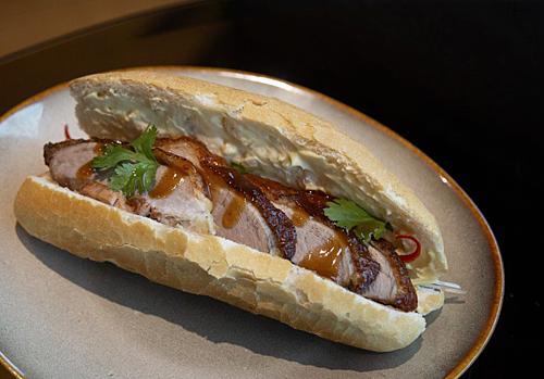 Le Méridien SaigonKhách sạn tại Quận 1 này có ba phiên bản bánh mì dành cho thực khách, gồm nhân thịt lợn đen Iberia, bò wagyu và vị quay Bắc Kinh. Những nguyên liệu khác gồm gan ngỗng và đồ chua handmade.