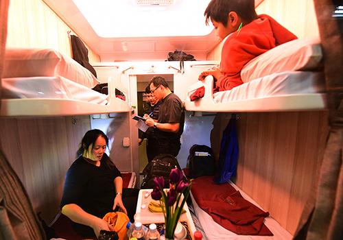 Nhiều gia đình thích đi du lịch bằng tàu hỏa. Ảnh minh họa: Giang Huy.
