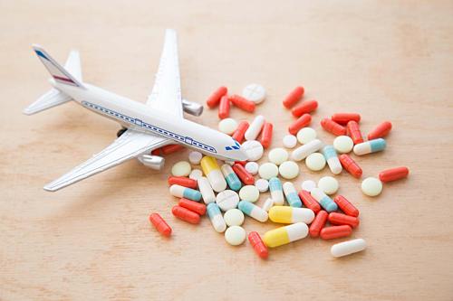 Mang theo thuốclà chuẩn bị đặc biệt quan trọng trên một chuyến bay dài. Bạn sẽ khôngthể tận hưởng chuyến đi nếu đột nhiên bị đau bụng hoặc đau đầu. Vì vậy hãy chuẩn bị cho chuyến đi những đơn thuốc để phòng những bệnh có thể tự điều trị được như: đau bụng, đau đầu, chóng mặt hay sốt nhẹ. Ảnh: Echo.