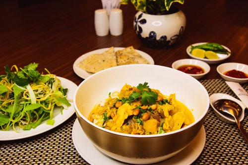 Thưởng thức mì Quảng tại nhà hàng Cung Đình - khách sạn Rex Sài Gòn