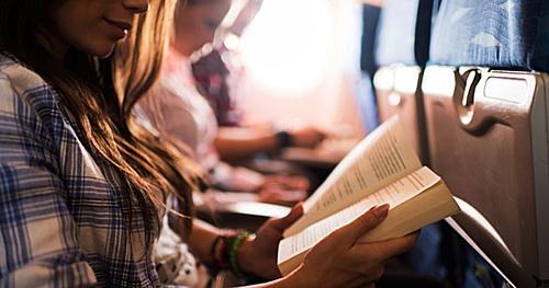 Đọc sáchtrên những chuyến bay dài là thói quen của nhiều du khách.Bạn có thể tranh thủđọc sách liên quan đến kinh nghiệm du lịch hoặc những nội dung liên quan đến điểm đến sắp tới, hoặc những cuốn sách theo sở thích cá nhân. Ảnh: Dolce Placard.